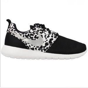 Nike Roshe black silver sneakers size 8.5 (7Y)